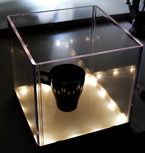 *Siivousmyynti -studion esittelyteline* Näyttelyteline, valaisin, läpinäkyvä akryyli, 24x24cm