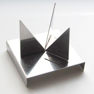 Polttoalusta emalointiin, integroitu alusta, kolmijalka, ulkomitta noin 7.5x6.5cm, sopii hyvin PRO1 -uuniin