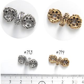 *Mallikappale-Poistoale* Koruosa: Helmi, kuvassa #793, rondelli/kukka, antiikkipatinoitu, tinaa, hopeaväri, noin 9x2.5mm, 2 kpl (OVH 2.76)
