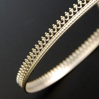 Hopeanauha *Kruunu B* -kruunun kohdalla nauhan leveys noin 5mm, paksuus noin 0.8mm, hopea 925, 10cm