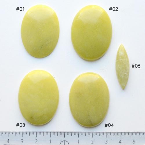 *Yksittäiskappale kuten kuvassa* Jade-värinen kivi (mahdollisesti serpentiini), pyöröhiottu kapussi, kuvassa SP-05, markiisi-muoto, noin 32.5x10.2x5.3mm, uniikki kivi