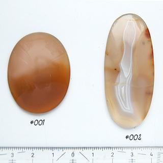Luonnonkivi, kuvassa #001, Akaatti, kaunis, hieman läpikuultava, puolipyöröhiottu kapussi, soikea, noin 40x30x8mm, ainutlaatuinen valikoitu kivi