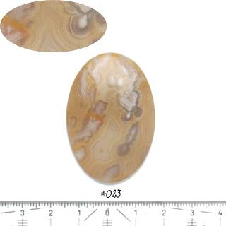 Luonnonkivi, kuvassa #023, Akaatti, hieman läpikuultava, puolipyöröhiottu kapussi, soikea, noin 45x31x62mm, ainutlaatuinen valikoitu kivi