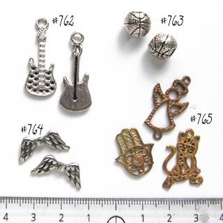 *Mallikappale-Poistoale* Helmi, kuvassa #763, hopeoitu tinaa, pallo, iso reikä 5mm, 1 kpl, OVH 4.70