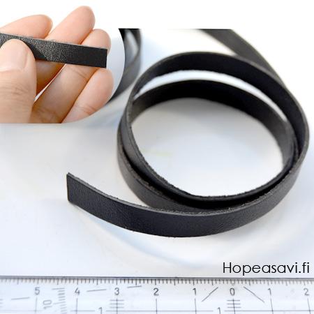 *Poistomyynti -huom kolme palaa* Nauha, aitoa nahkaa, musta, litteä, leveys 8mm, paksuus 1mm, noin 7+10.5+11.5cm (yhteensä 29cm)