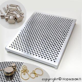 Työalusta metallilangan taivuttamiseen (taivutusjigi), karkaistua alumiinia, noin 14x11cm, laadukas setti, mukana 30 kpl valikoima tappeja
