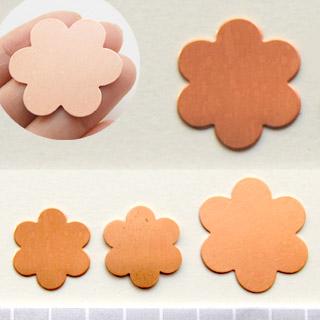 *Poistomyynti -huom. vain 1 kpl* Kupari, muotopala, Kukka 6 lehteä, läpimitta 35mm, paksuus 0.5mm, emalointiin tai korun osaksi, 1 kpl