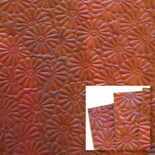 *Poistomyynti - tarjous* Kuparilevy, patinoitu, kuvioitu kukka (kohokuvio), PUNAINEN -kuvio, noin 70x70mm, paksuus 0.15mm, pehmeä, uniikki kuvio