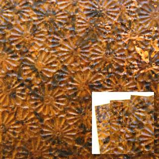 *Poistomyynti* Kuparilevy, patinoitu, kuvioitu kukka, ANTIIKKI -kuvio, noin 70x70mm, paksuus 0.15mm, pehmeä, uniikki kuvio, OVH 5.45