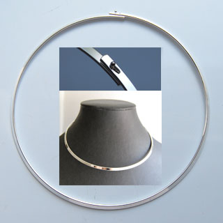 *Muuttoale -siivousmyynti* Kaulapanta, hopeoitua messinkiä, 40cm, litteä, pannan leveys 3mm, lukitus kuin kuvassa, 1 kpl