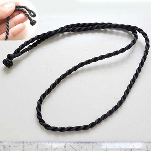 *Mallikappale* Punottu nyöri, musta, paksuus noin 3mm, pituus 52cm, ei tarvitse lukkoa -päissä silmukka, ja solmu