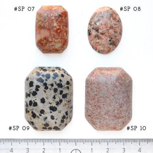 *Yksittäiskappale kuten kuvassa* Punaruskea kivi (mahdollisesti jaspis), pyöröhiottu kapussi, kuvassa SP-07, suorakulmio, viistetyt nurkat, noin 30x20x7mm, uniikki kivi