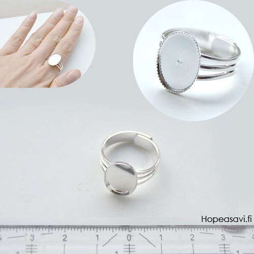 *Erä* Sormus, aihio, hopeoitua messinkiä, reunustettu paikka koristeelle (14x10mm), säädettävä, läpimitta noin 16-18mm, 1kpl