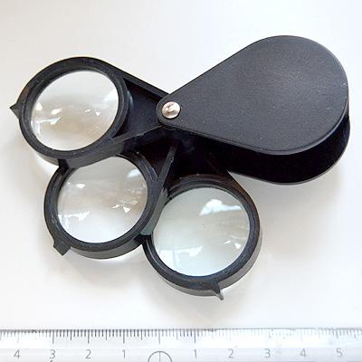 Suurennuslasi eli ns. luuppi, kolme linssiä, 5X, 10X ja 15X suurennos, koko avattuna 10x4cm