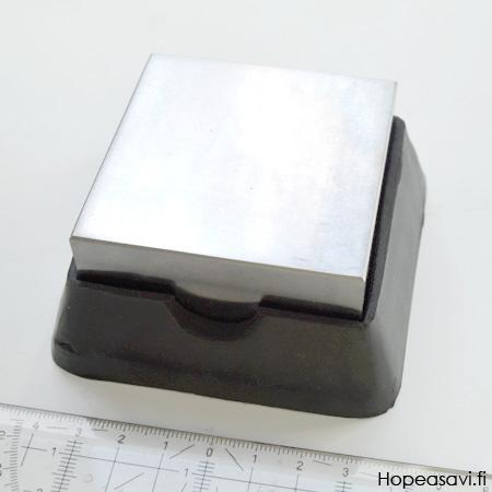 *Tarjous* Tasoalasin, kaksipuolinen, teräsalasin ja kumialasin yhdessä, noin 6x6x3 cm, paino 700 g, OVH 29.80