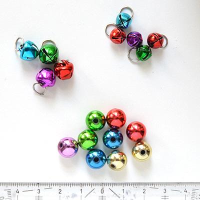 *Mallikappale-Poistomyynti* Värikäs setti helmiä, heliseviä, riipuslenkillä: 4 isoa (10mm), 5 pientä (7mm) ja reiällisiä:9 palloa (10mm), metallia, onttoja