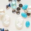 *Mallikappale-Poistoale* Kimaltelevia koristeita, esim. hartsikorun koristeeksi, sininen sekoitus kuin kuvassa, sis. 2kpl superpieni kamee 8x6mm