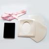 *Vinkki* Korurasia + esittelyteline, erityisen juhlava lahjarasia, helmenvalkoinen, korupaikka 55x45mm, valmistettu Japanissa, OVH 4.65