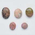 *Kapussi Mix* 'Jaspis -kokoelma' kuin kuvassa (luonnon/väri stabiloitu/syntteettinen), 5kpl, eri muotoja, koko noin 10x8mm-14x10mm