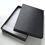 *Poistomyynti -B-luokka, laatikon pohjan yhdessä kulmassa pieni painaua* Korurasia, musta, pehmustettu, 175x130x28mm, 1 kpl