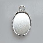 Riipuspohja, hopeoitua messinkiä, soikea, noin 15x11mm, reunuksessa 'helmikoristelu' 1 kpl