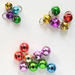 *Mallikappale-Poistomyynti* Värikäs setti helmiä, heliseviä, riipuslenkillä: 5 isoa (10mm), 4 pientä (7mm) ja reiällisiä:9 palloa (10mm), metallia, onttoja