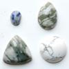 *Kapussi Mix* 'Vihreä marmori sävykokoelma' kuin kuvassa (luonnon/väri stabiloitu/syntteettinen), 4kpl, eri muotoja, koko noin 7x5mm-15x15mm